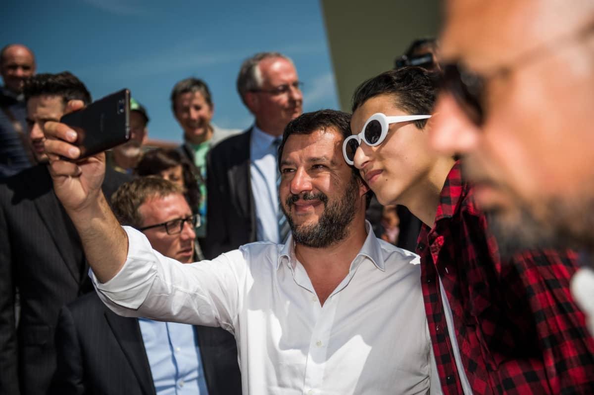 Tuttua puuhaa. Italian sisäministeri Matteo Salvini ei arastele ottaa omakuvia.