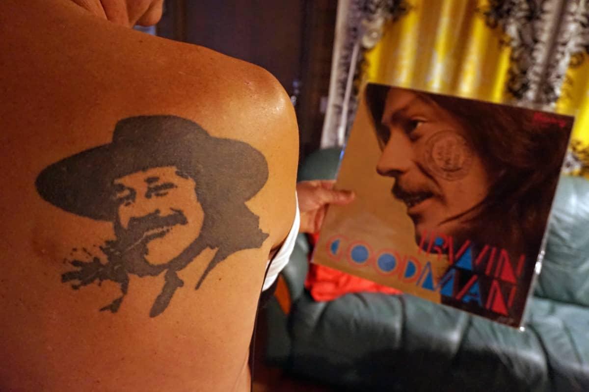 Irwin-tatuointi miehen selässä