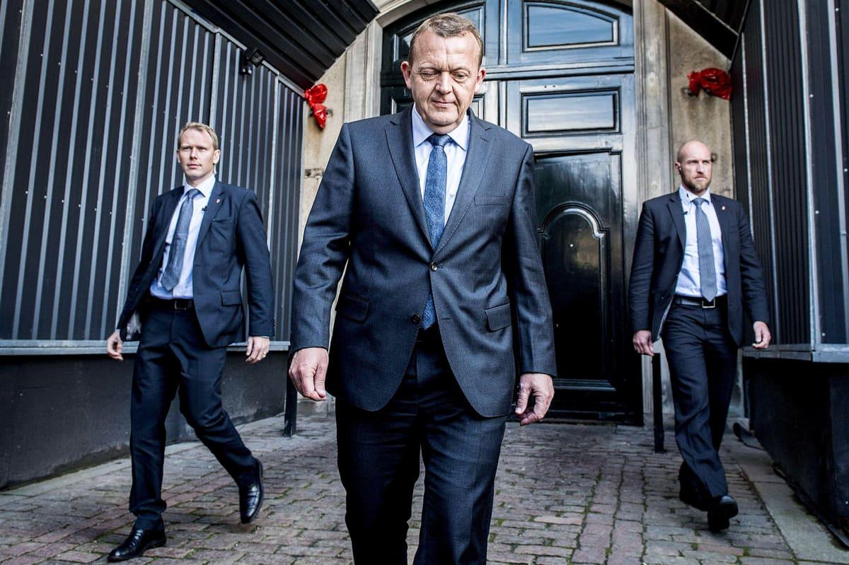 Venstre-puolueen johtaja Lars Løkke Rasmussen (kuvassa keskellä) saapumassa kuningatar Margareetan asunnolle Kööpenhaminassa 19. kesäkuuta.