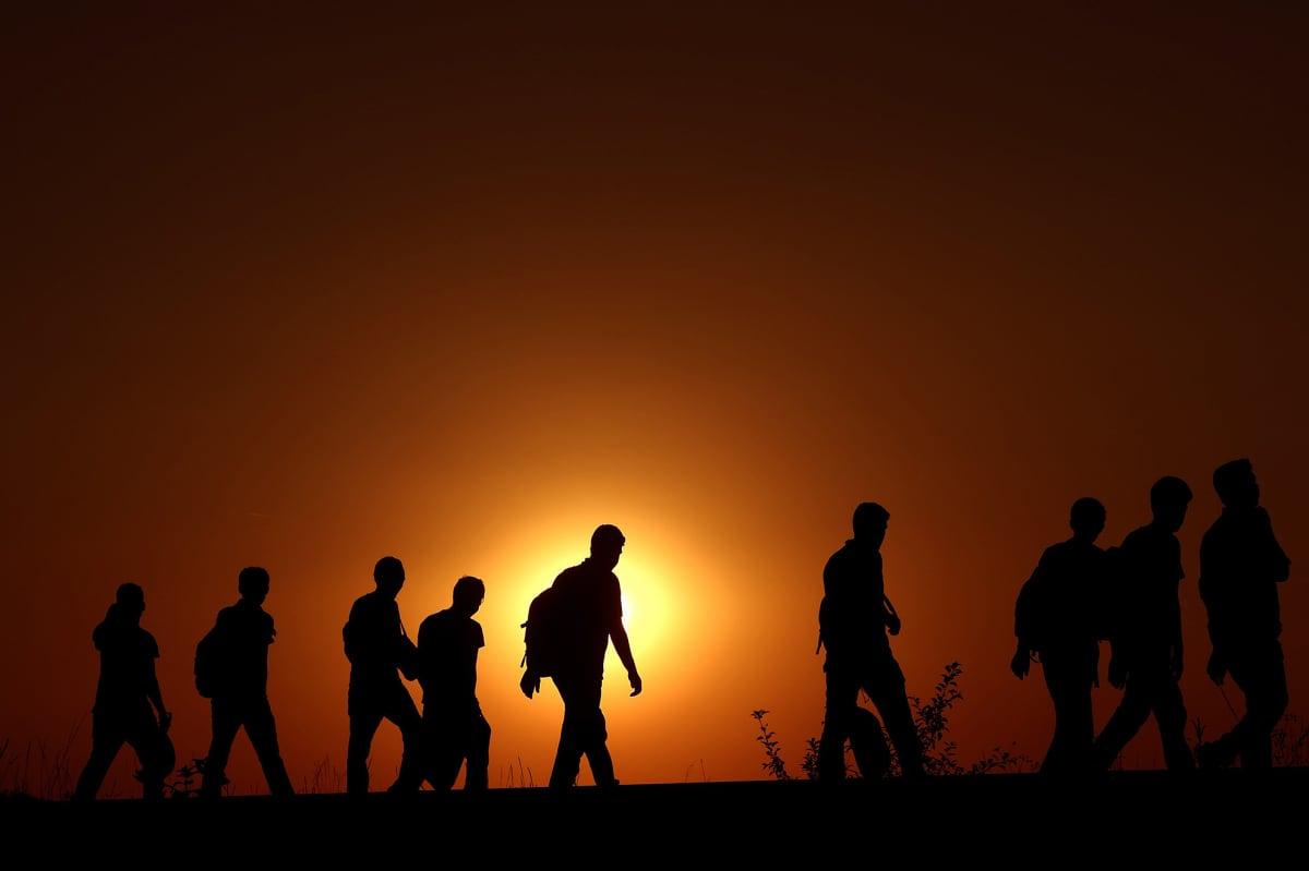 Joukko Syyriasta lähteneitä ihmisiä kulki rautatien viertä Serbiasta kohti Unkaria 1. syyskuuta.