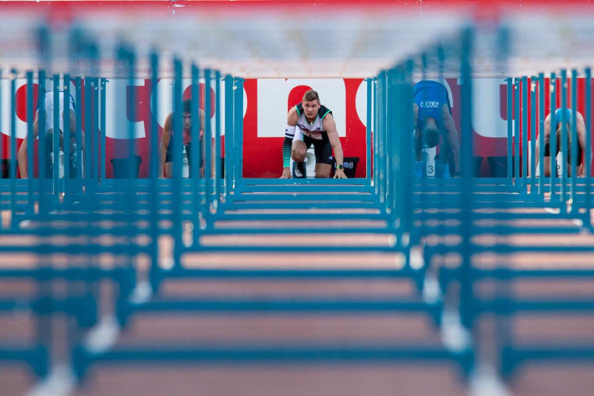 Elmo Lakka valmistautuu 110 metrin aitajuoksuun.