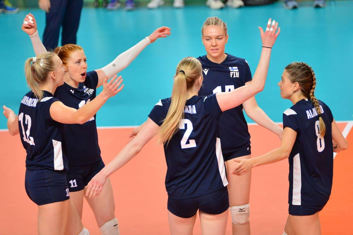 Suomen naisten lentopallomaajoukkue tuulettaa.
