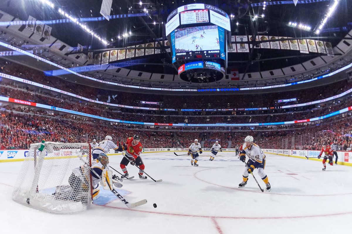 Pekka Rinne kurottaa kiekkoon Nashvillen ja Chicagon välisessä NHL-ottelussa.