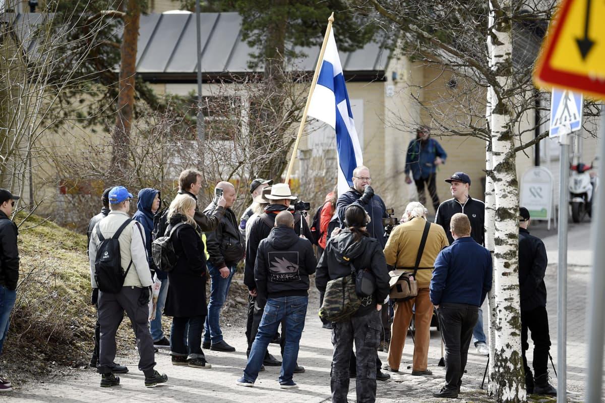 Ilja Janitskinia kannattavia mielenosoittajia Pasilan poliisitalon ulkopuolella.