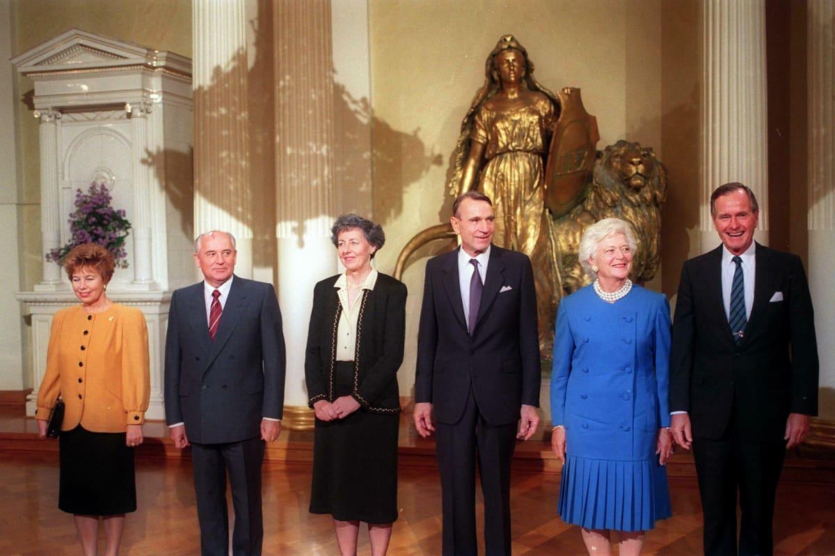 Neuvostoliiton presidentti Mihail Gorbatšov ja rouva Raisa Gorbatšova, presidentti Mauno Koivisto ja rouva Tellervo sekä Yhdysvaltain presidentti George Bush ja rouva Barbara poseeraavat kuvaajille ennen lounasta Presidentinlinnassa 9. syyskuuta 1990.