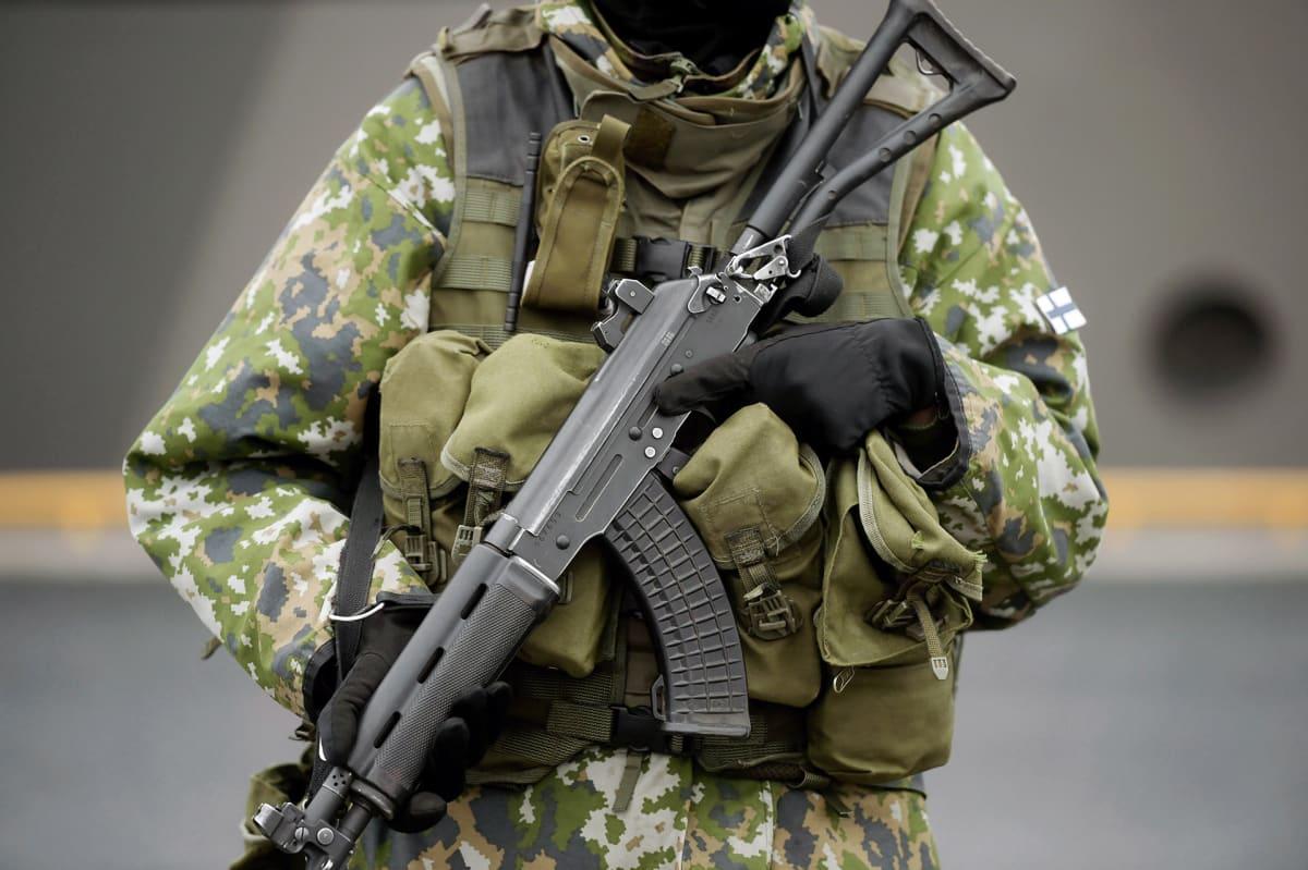 Sotilas rynnäkkökivääreineen puolustusvoimien sotaharjoituksessa.