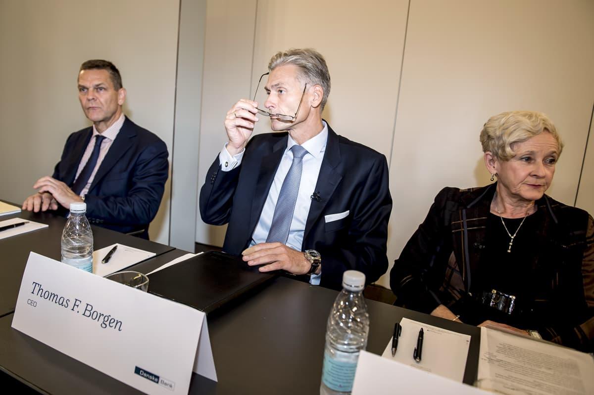 Ole Andersen, Thomas Borgen ja Carol Sergeant tiedotustilaisuudessa Kööpenhaminassa