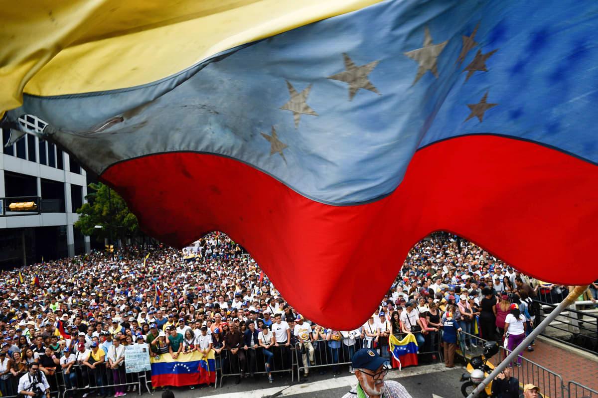 Mielenosoituksiin Maduroa vastaan osallistui kymmeniätuhansia ihmisiä.