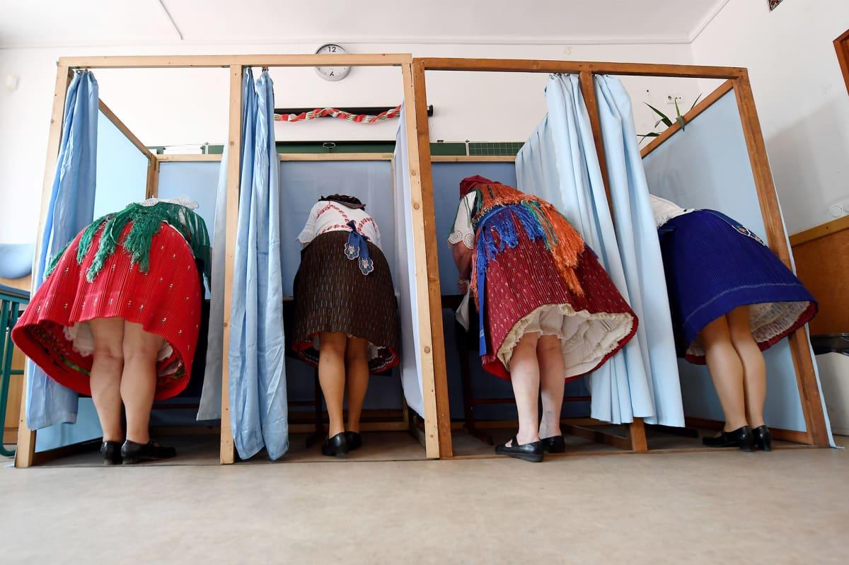 Kansallispukuihin pukeutuneet naiset äänestävät Unkarin Veresegyhaz.