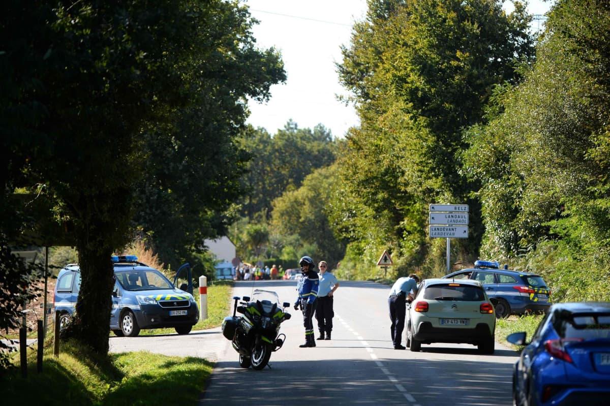 Santarmit vartioivat onnettomuusaluetta Pluvignerin kylässä, jossa alas pudonneen F-16-hävittäjän lentäjä roikkui voimajohdoista pari tuntia. Kukaan ei tiettävästi loukkaantunut vakavasti.