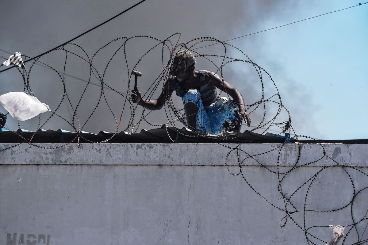 Mies poliisiaseman katolla.