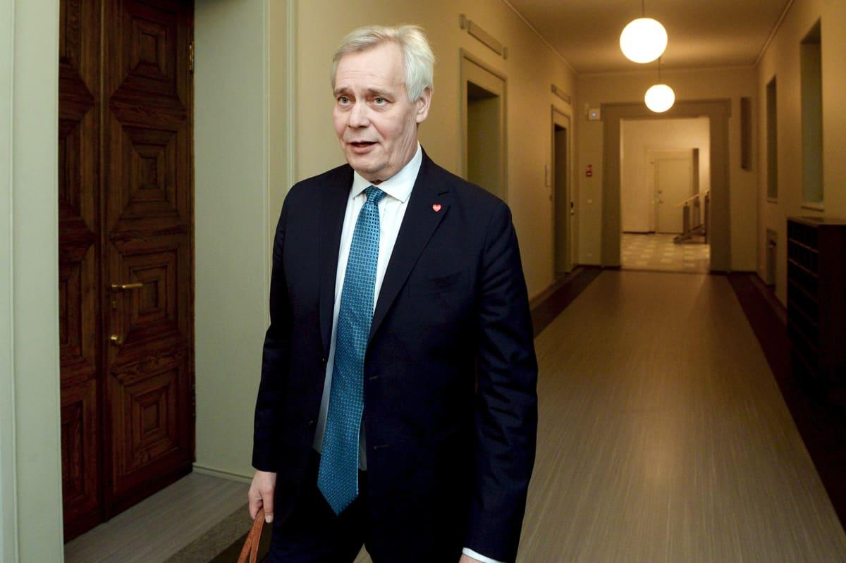 Pääministeri Antti Rinne poistuu SDP:n eduskuntaryhmän kokouksesta eduskunnassa Helsingissä 14. marraskuuta.