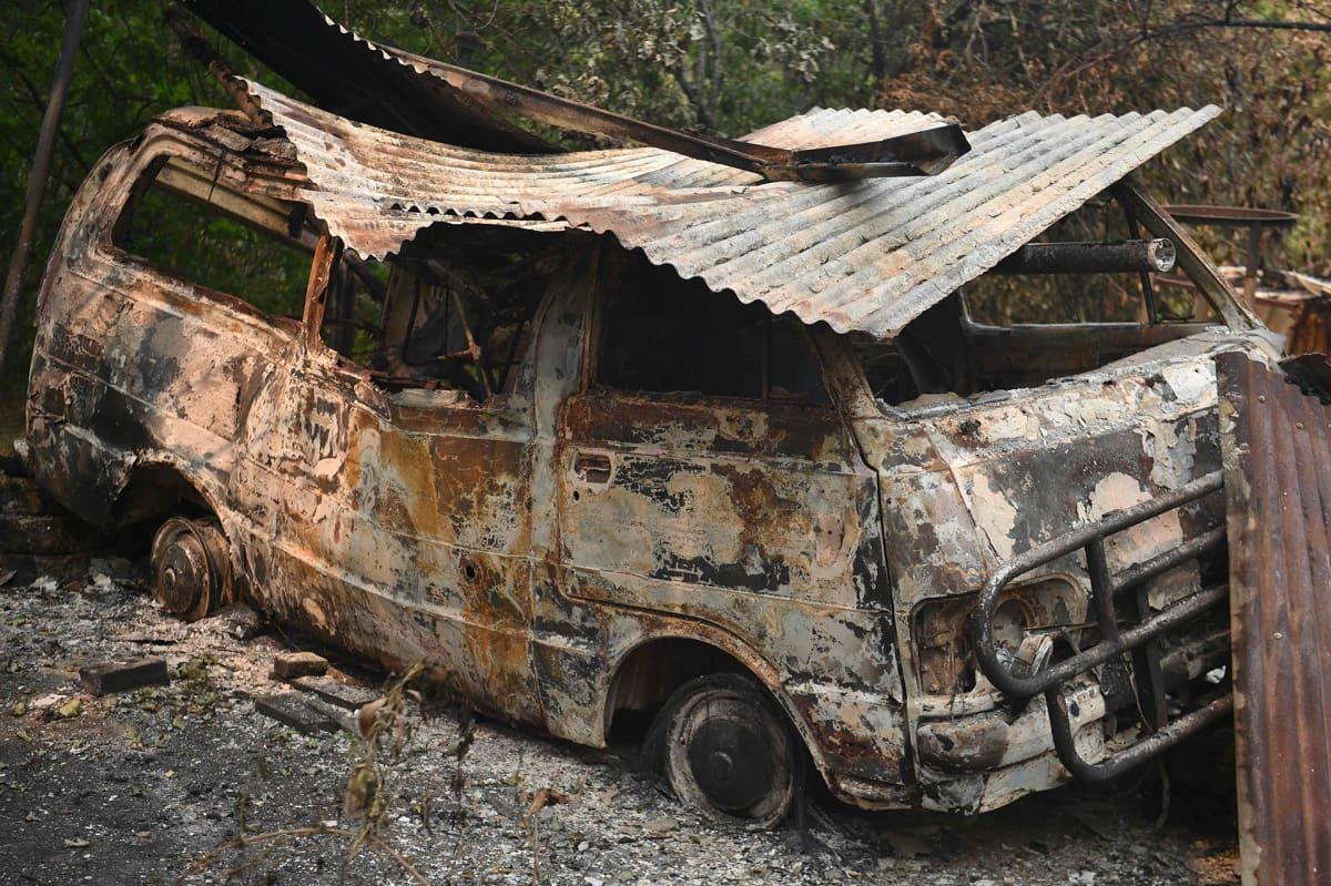 Maastopaloissa tuhoutunut pakettiauto Bilpinissä, Sydneyn länsipuolella 29. joulukuuta.