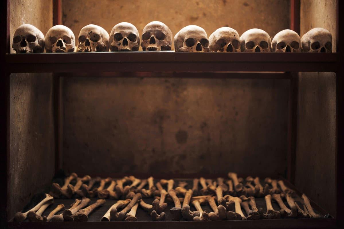 Ruandan kansanmurhassa surmattujen luita ja pääkalloja Cyahindan kirkon luona olevassa kansanmurhan muistopaikassa.