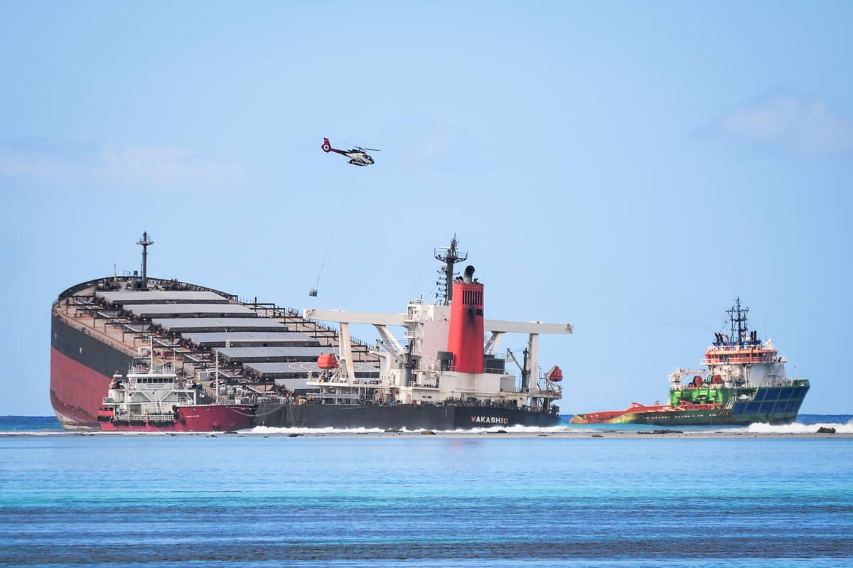 Osittain uponnut rahtilaiva MV Wakashio.