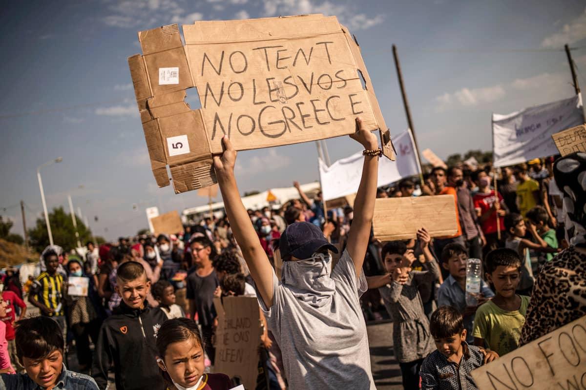 Siirtolaiset osoittavat mieltään tuhoutuneen Moria-leirin takia.