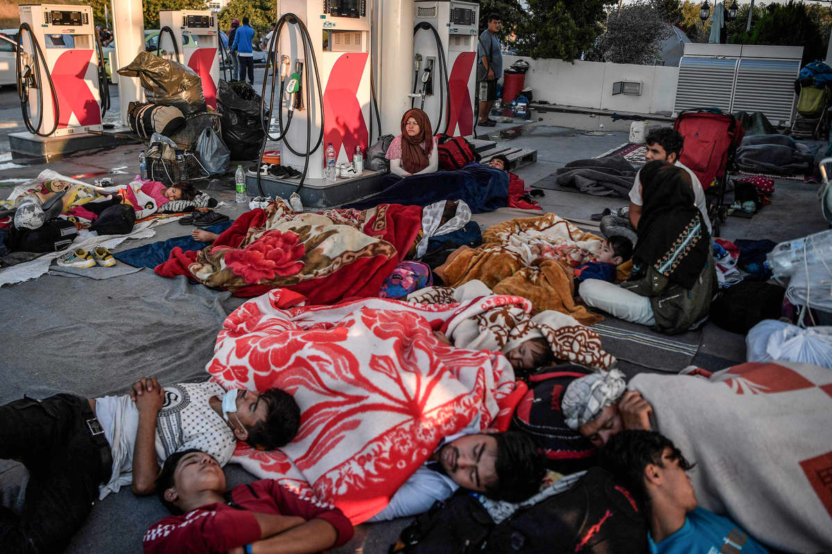 Kodittomat Moriasiirtolaiset nukkuivat bensa-asemalla 11. syyskuuta.