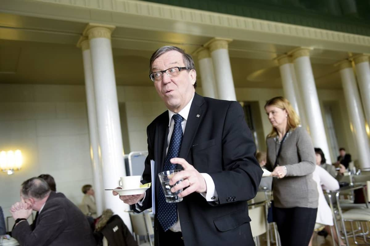 Kansanedustaja Kari Rajamäki 10. maaliskuuta 2015 eduskunnan kahviossa.