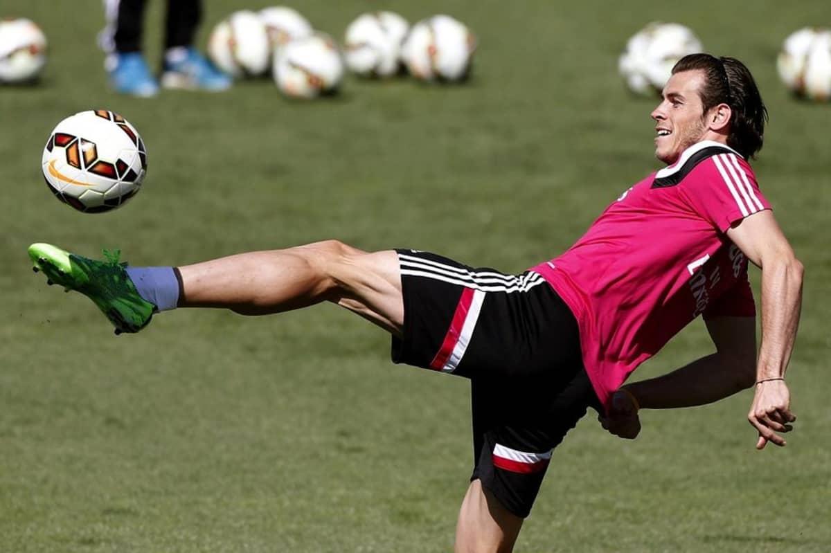 Gareth Bale temppuilee