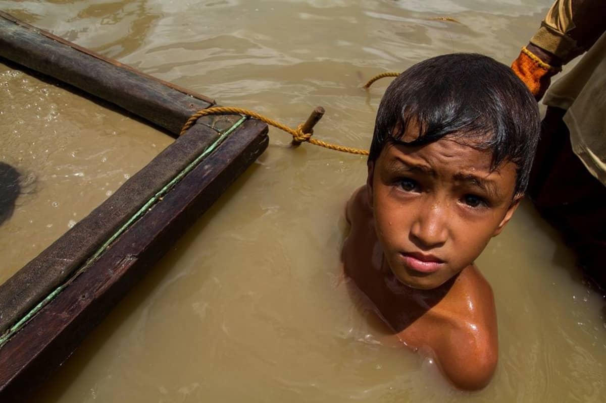 Lapset sukeltavat Filippiineillä samean ruskean veden alle jopa kymmenen metrin syvyyteen kaivamaan kultaa.