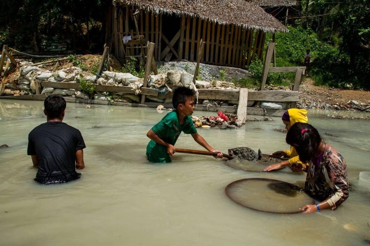 Lapset työskentelevät ja leikkivät vesissä, joihin on kulkeutunut jätteen mukaan elohopeaa, Human Rights Watch sanoo.