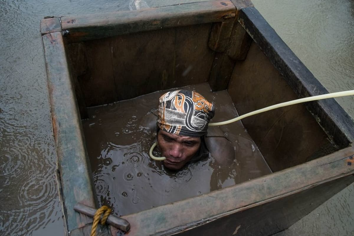 Lapset sukeltavat veteen hengittäen vain putken kautta, HRW:n raportti kertoo.