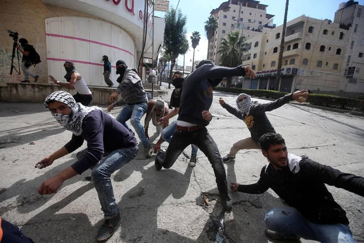 Palestiinalaiset nuoret heittelivät Israelin sotilaita kivillä Hebronissa Länsirannalla 30. lokakuuta 2015.