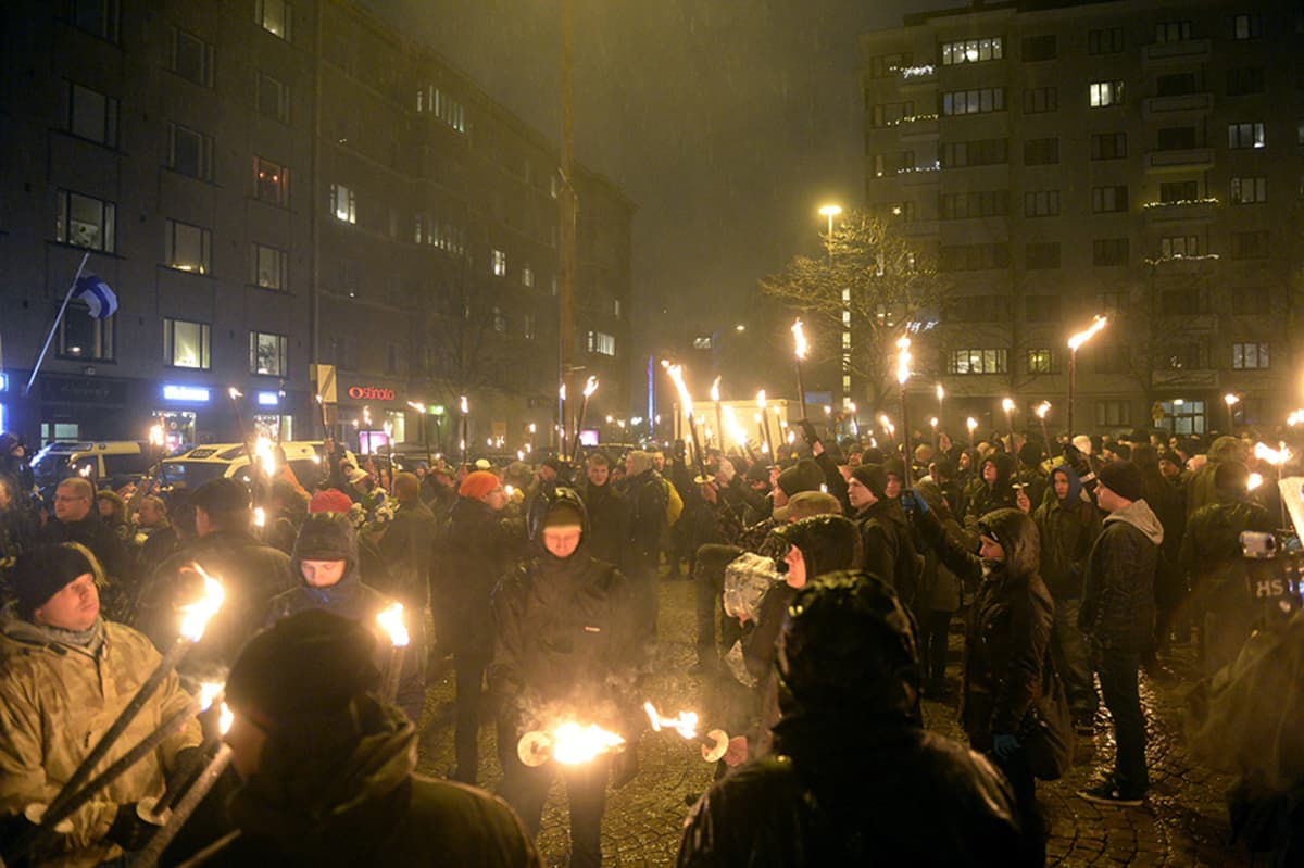 612.fi-yhdistyksen soihtukulkue valmistautui lähtemään Helsingin Töölöntorilta kohti Hietaniemen sankarihautausmaata itsenäisyyspäivänä 6. joulukuuta.