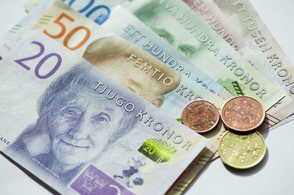 Pöydällä on Ruotsin kruunuja seteleinä sekä kolikoina.
