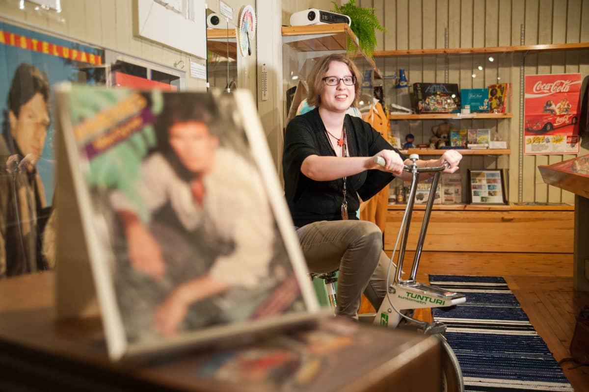 Museonhoitaja Jenna Ruotsalainen Kiuruveden kotiseutumuseossa