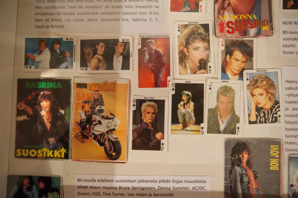 Otteita nuortenlehti Suosikista ja purkkakorteista, joissa on idolien kuvia.