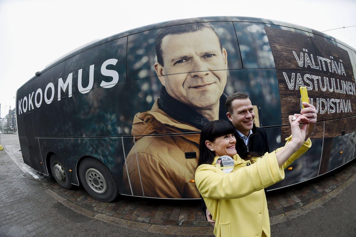 Kokoomuksen Naisten Helsingin piirin puheenjohtaja Pia Hytönen otti selfien puheenjohtaja Petteri Orpon kanssa kokoomuksen kampanjabussin edessä Helsingissä 3. maaliskuuta