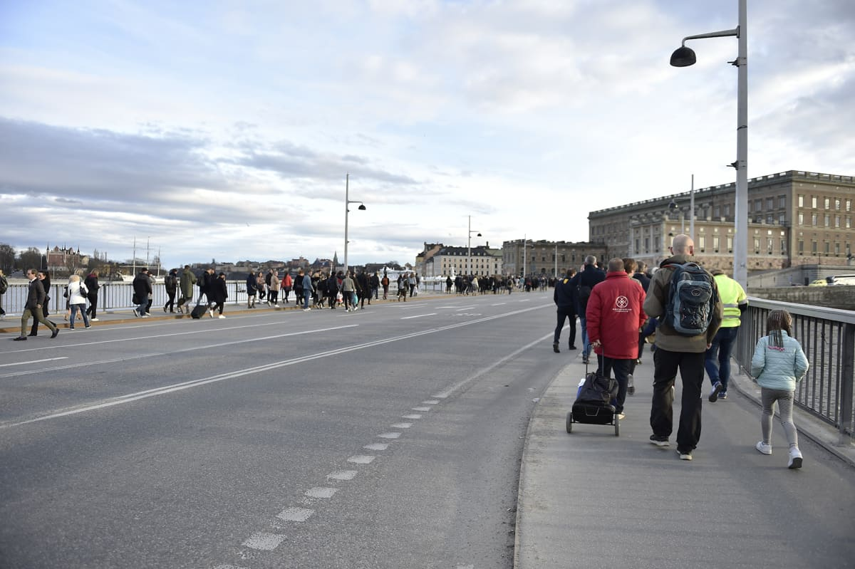Ihmiset liikkuvat kävellen Tukholmassa joukkoliikenteen sulkeuduttua 7. huhtikuuta.