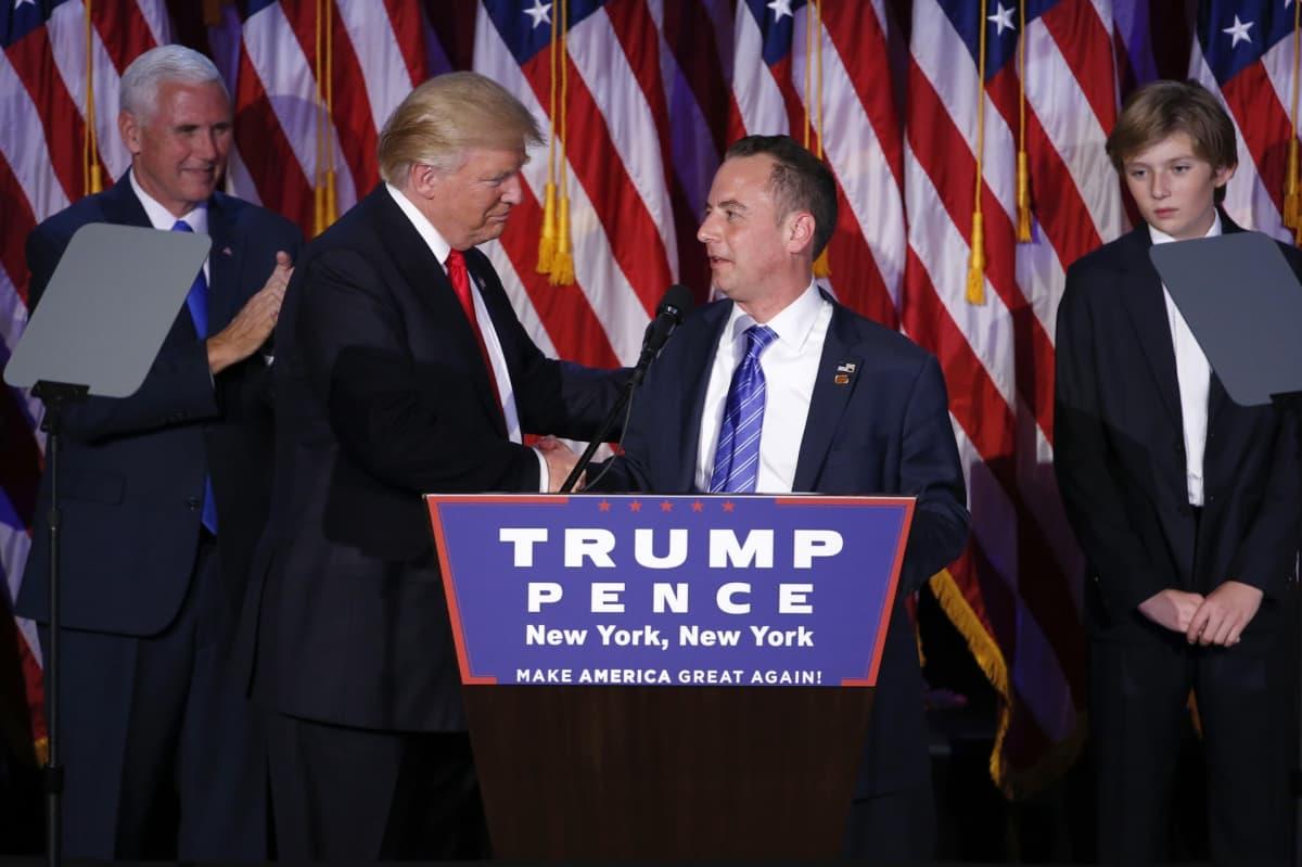 Trump ja Priebus lavalla, taustalla Yhdysvaltojen lippuja