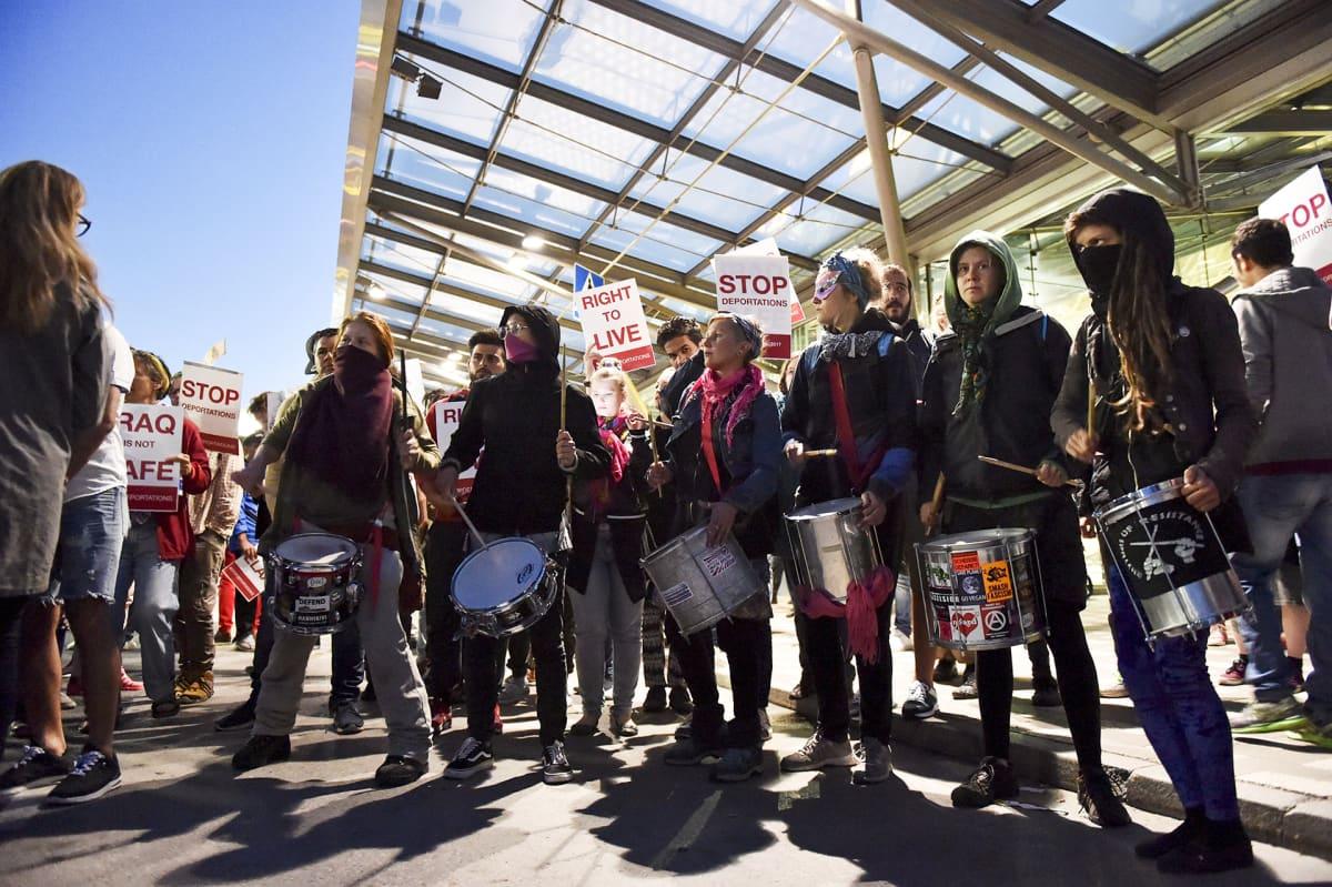 Mielenosoitus turvapaikanhakijoiden palautusta vastaan Helsinki-Vantaan lentokentällä maanantain ja tiistain välisenä yönä 4. heinäkuuta.