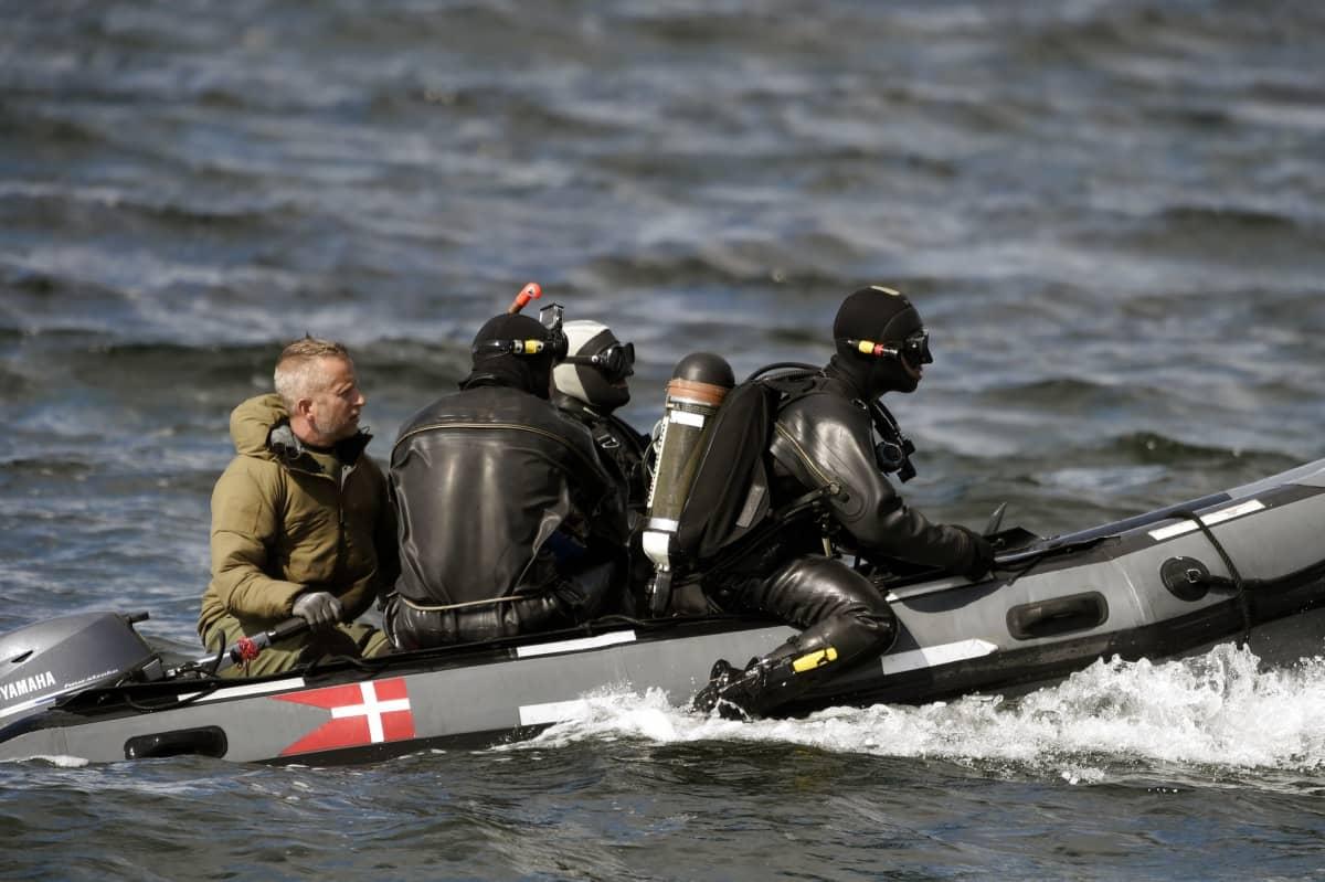 Sukeltajat etsivät Wallin ruumista kumiveneellä.