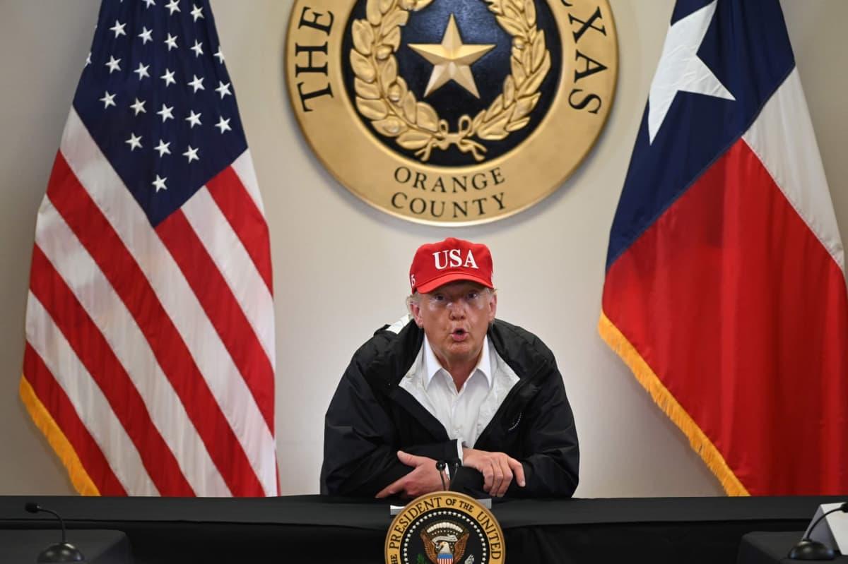 Presidentti Donald Trump puhuu tiedotustilaisuudessa Orangessa, Texasissa.
