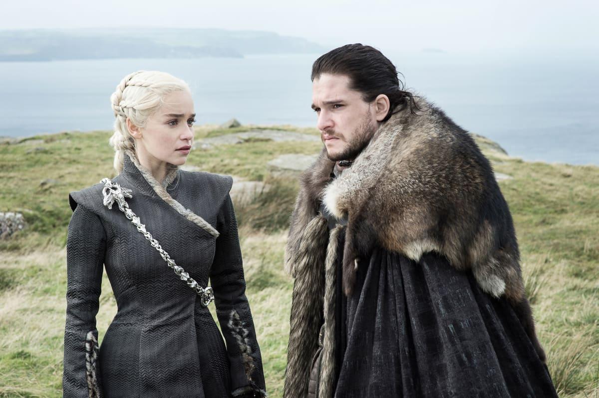Toisiinsa rakastuneet Daenerys Targaryen ja Jon Snow eivät vielä tiedä olevansa sukulaisia.