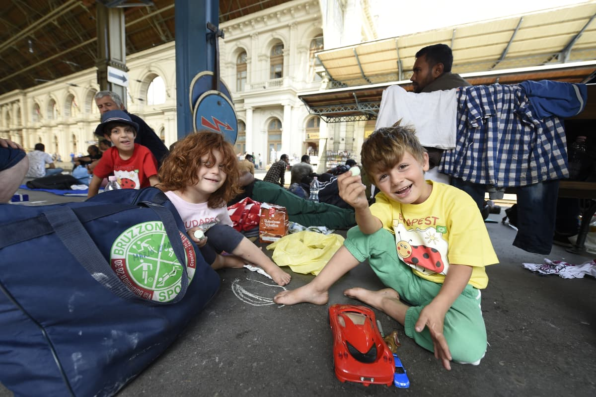 Budapest, Keletin rautatieasemalla majaavat turvapaikanhakijat