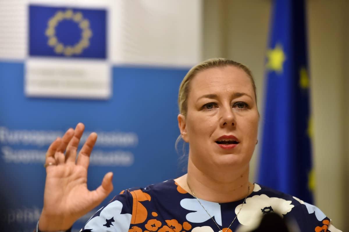 Jutta Urpilainen puhui toimittajille helmikuussa Helsingissä.