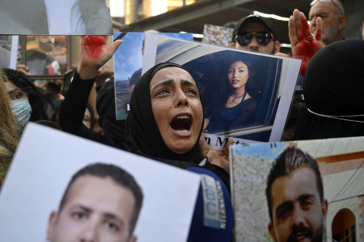 Nainen osoittaa mieltään Beirutissa.  /   Families and relatives of victims of the 04 August Beirut port explosion shout slogans during a protest outside of the Lebanese Interior Minister Mohammed Fahmi house in Beirut, Lebanon, 13 July 2021.