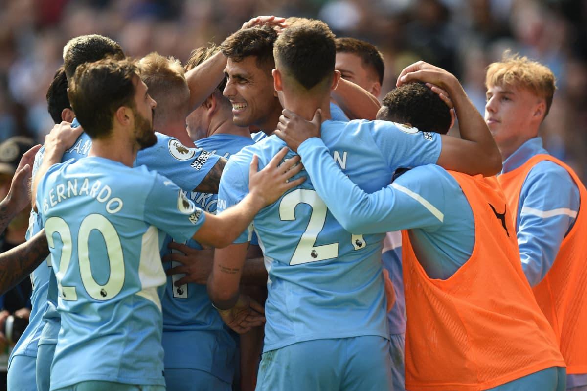Manchester Cityn pelaajia juhlimassa.