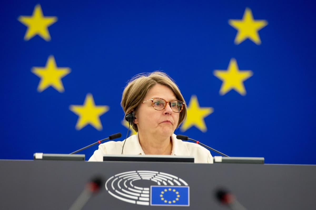 Heidi Hautala puhumassa Europarlamentissa.