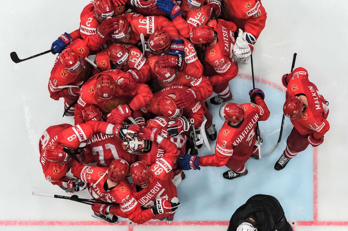 Venäjän joukkue juhlii MM-hopeaa jääkiekossa vuonna 2019.