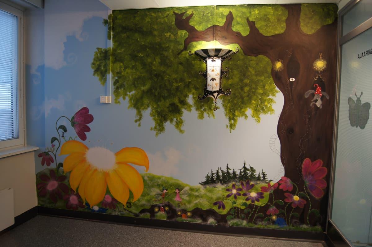 Maalaus lastensairaalan seinässä Kotkassa