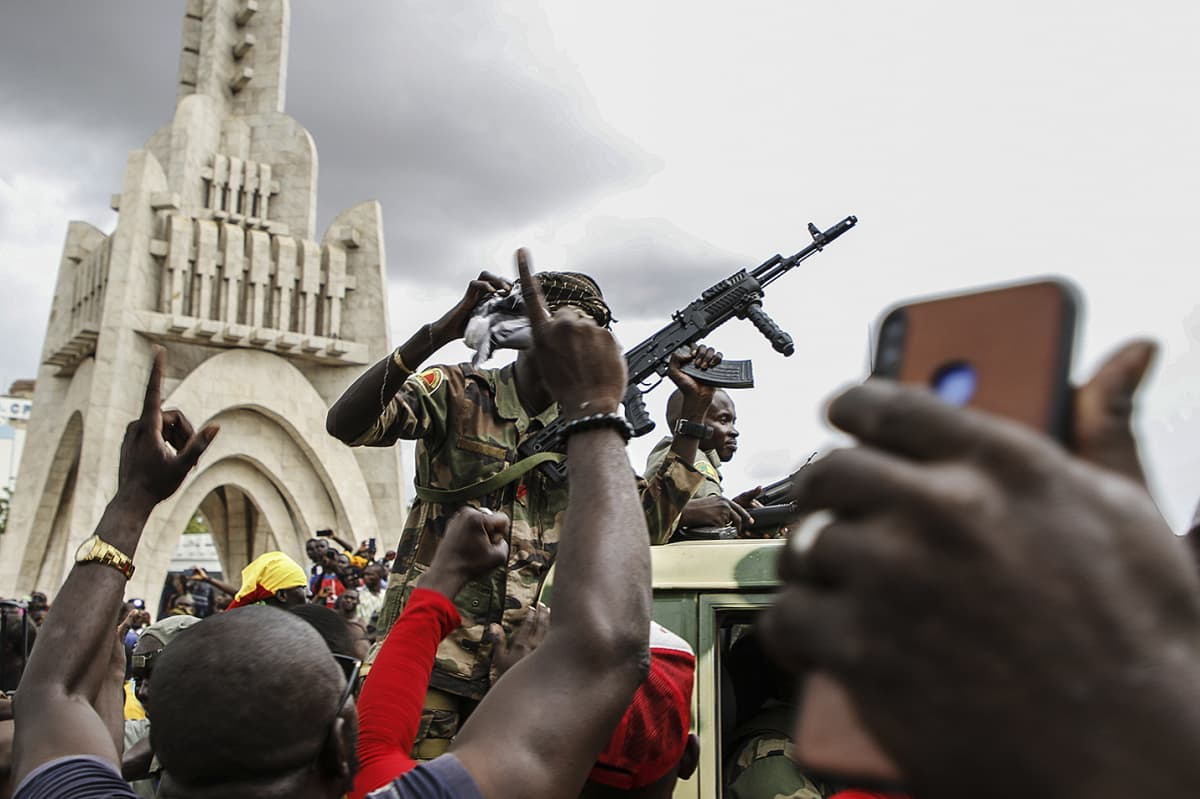 Kuvassa on sotilaita Malin pääkaupungissa Bamakossa.