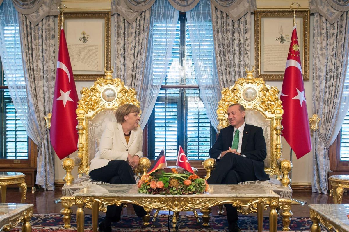Merkel ja Erdogan istuvat hienoissa  osmaniaikaisissa tuoleissa Istanbulissa.