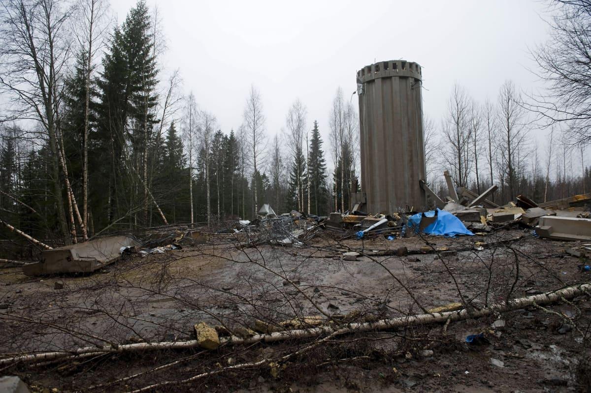 Kangasvuoren vesitornin rippeitä ja säiliön torniosa Kangasvuorella Jyväskylässä lauantaina 3.11. 2012.