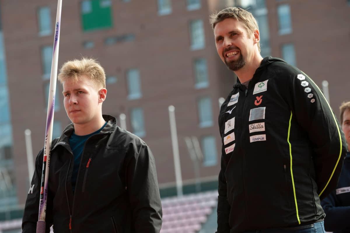 Antti Ruuskanen (oik.) luovutti keihäänsä nuorten tuoreelle maailmanmestarille Janne Läspälle (vas.).