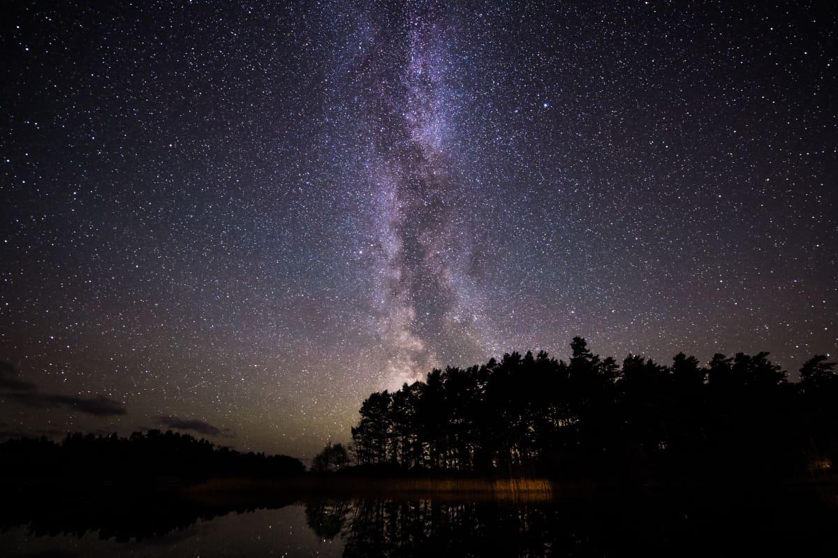 Öinen maisemakuva tähtitaivaasta